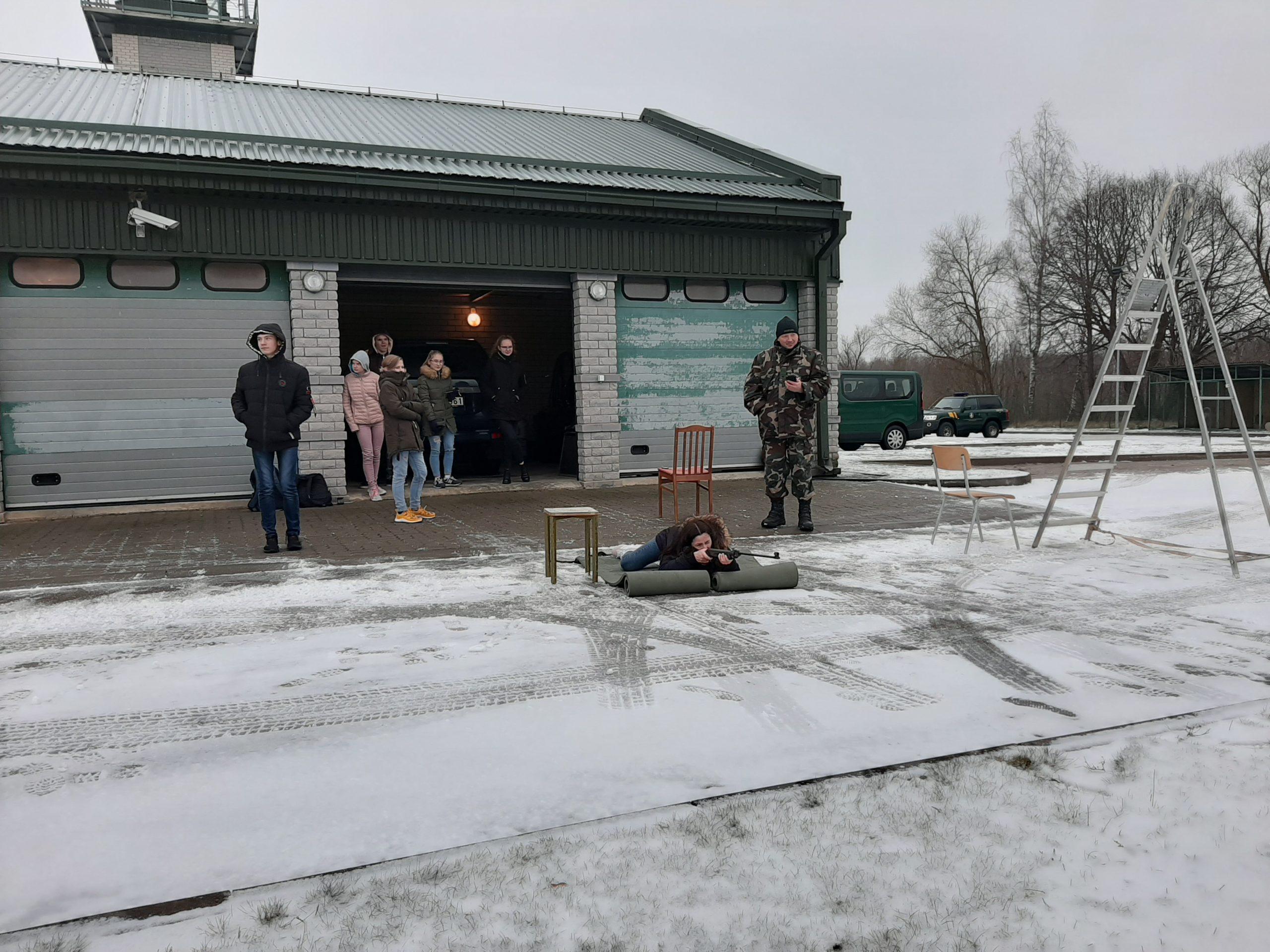 Jaunieji pasieniečiai ruošiasi šaudymo pneumatiniais ginklais varžyboms