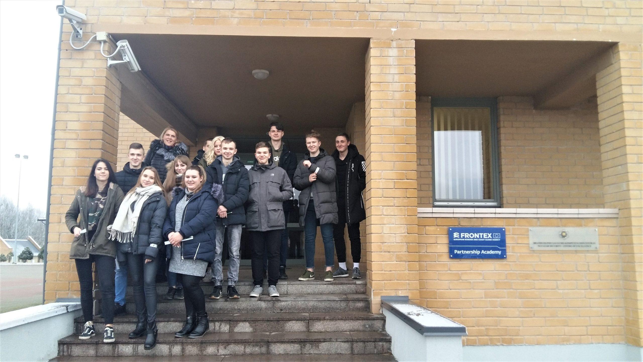 Vilniaus r. jaunieji pasieniečiai lankėsi Pasieniečių mokykloje