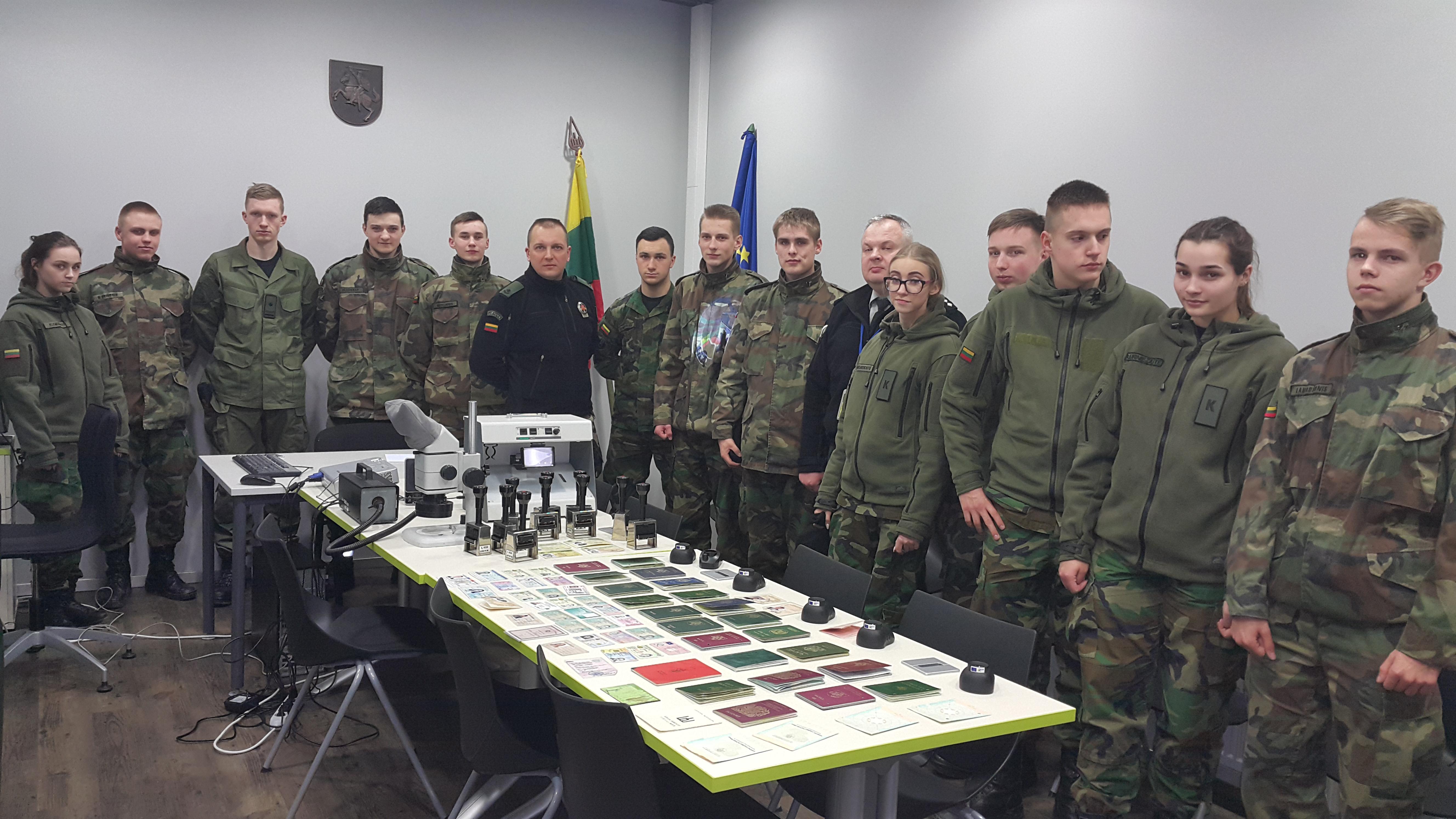 Kadetų licėjaus JPB lankėsi Kauno oro uosto pasienio kontrolės punkte