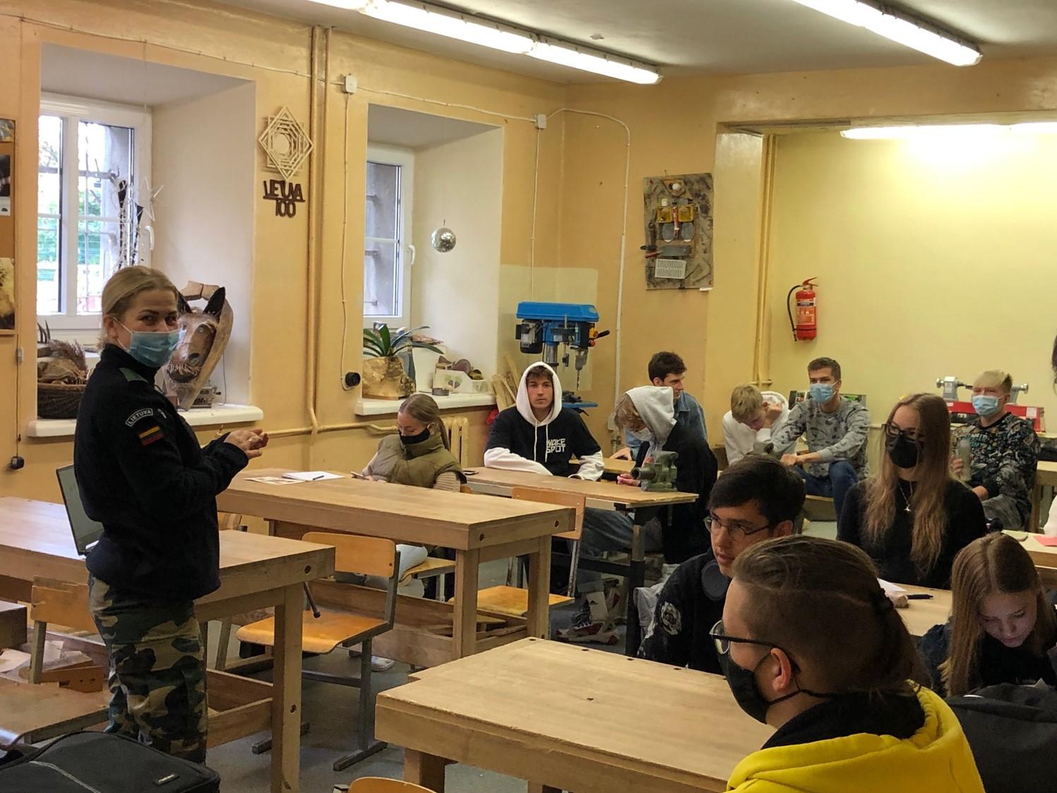 Antakalnio gimnazistai susipažino su pasieniečių veikla
